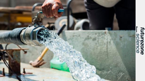 Trinkwasser sprudelt aus einem Wasserhahn in einer Wasserbehandlungsanlage