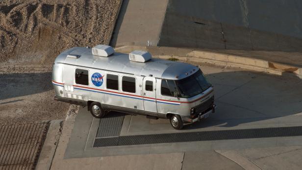 NASA Astrovan auf Asphaltfläche