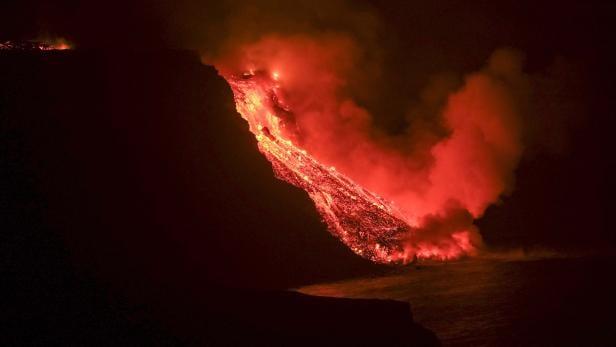 Lava reaches the sea next to Tazacortes coast