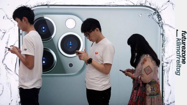 Menschen vor iPhone-11-Plakat, alle auf Smartphones starrend