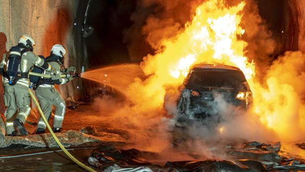 """++ HANDOUT ++ STEIERMARK: BRENNENDE E-AUTOS - REALBRANDVERSUCHEN IM """"ZENTRUM AM BERG"""" IN EISENERZ"""
