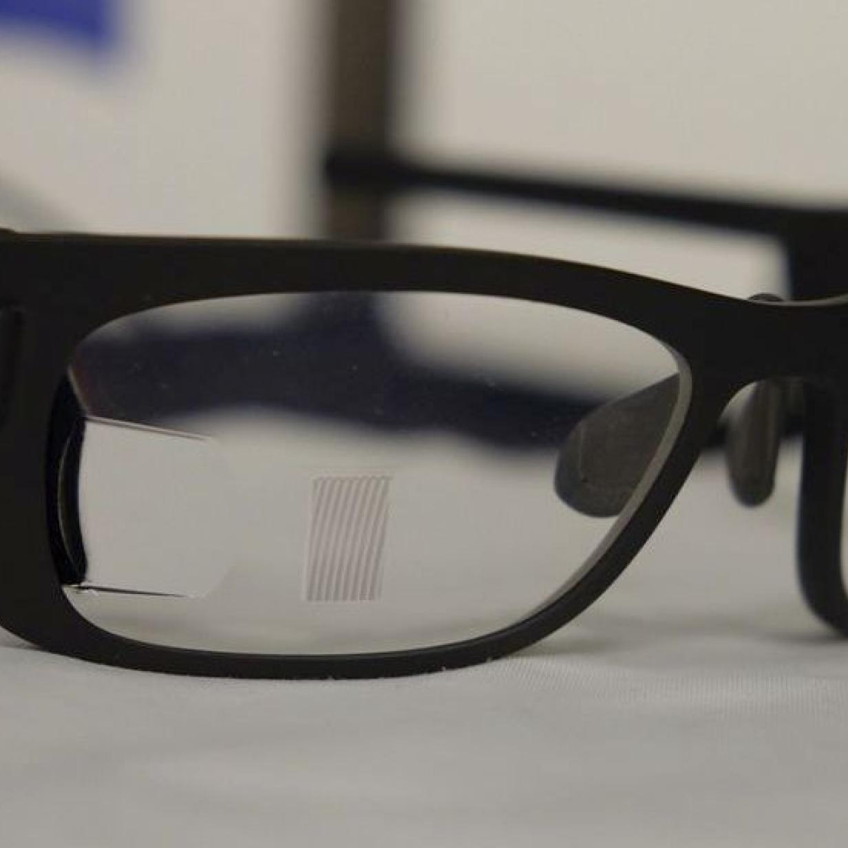 Carl Zeiss zeigt Bildprojektion auf gewölbtem Brillenglas