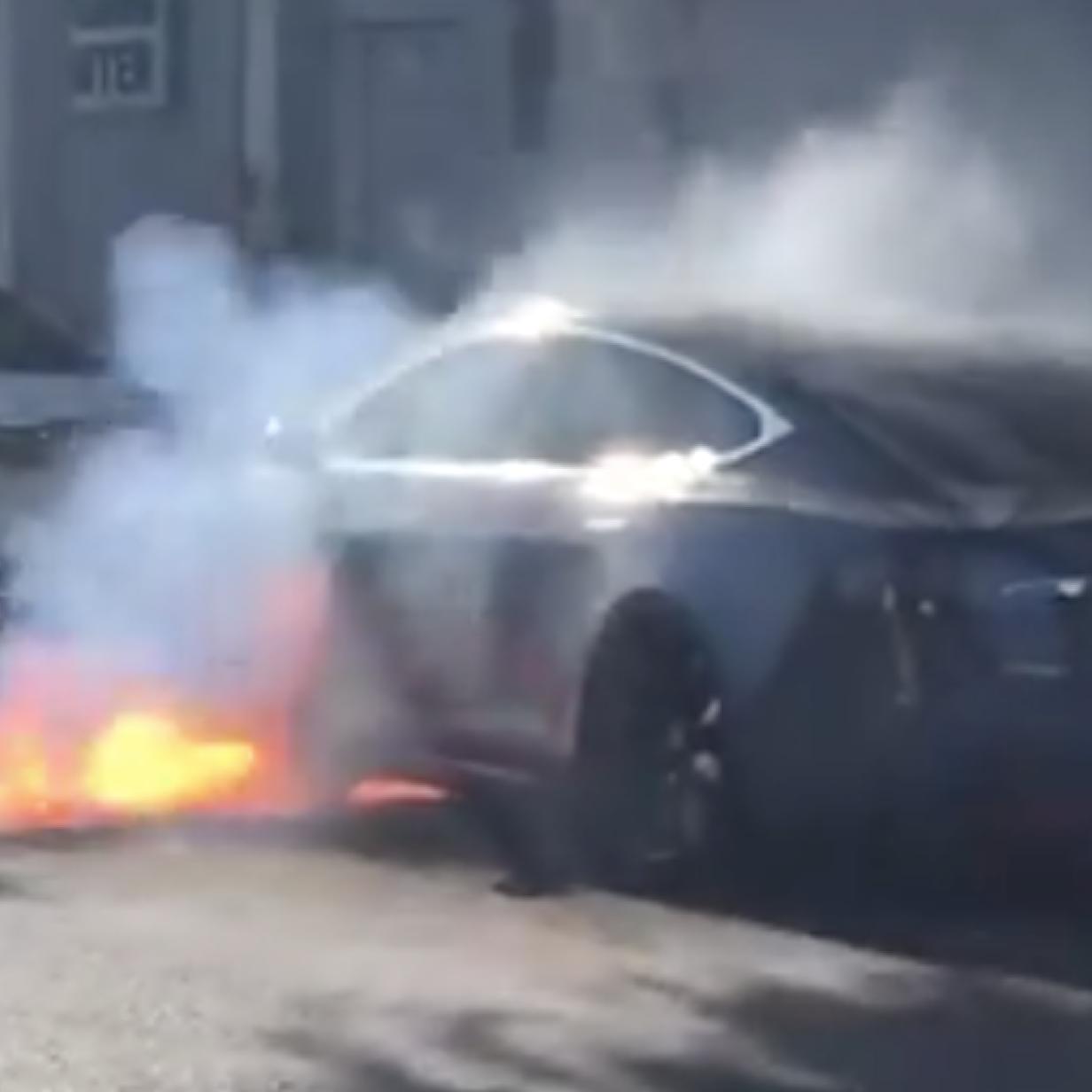 Akku-Manipulation wegen Brandgefahr: Tesla-Fahrer reichen Klage ein