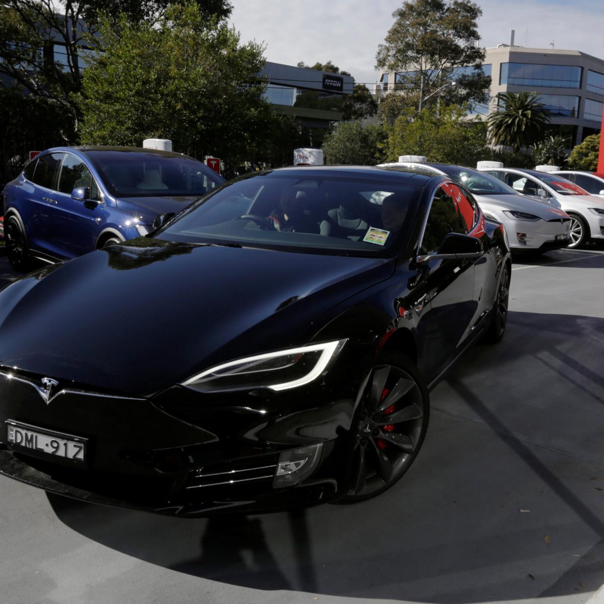 Video: Parkendes Tesla Model S geht plötzlich in Flammen auf