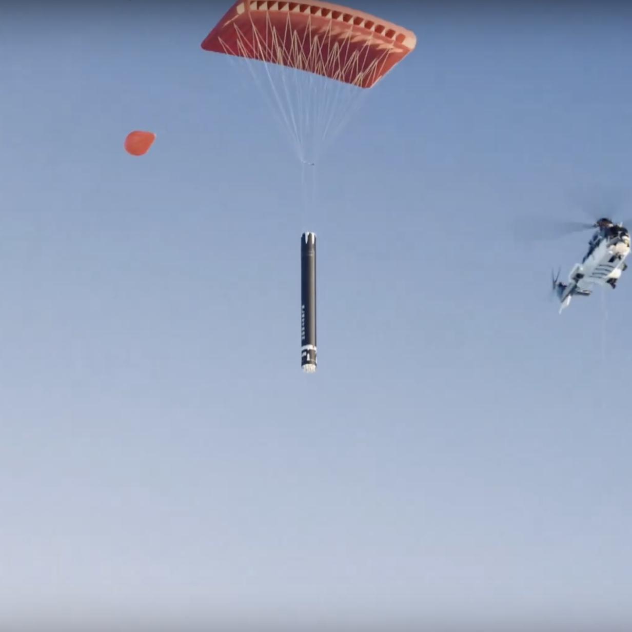 Rocket Lab lässt wiederverwendbare Raketen von Helikopter auffangen