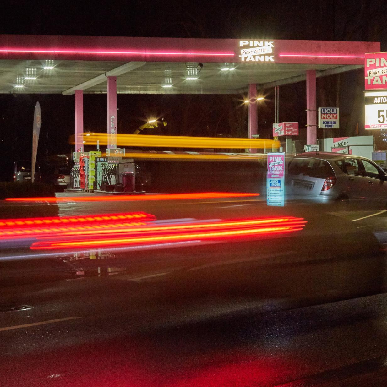 Tesla-Fahrer drehen den Spieß um und blockieren Tankstelle