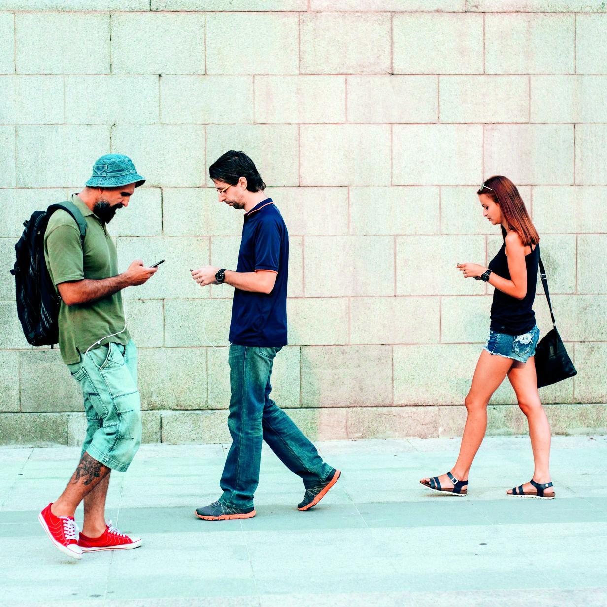 """Wie """"Smartphone-Zombies"""" ihre Knie und Hüften bewegen"""