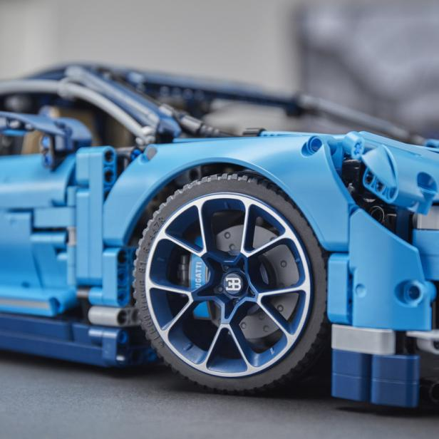 lego baut bugatti chiron in originalgr e aus einer. Black Bedroom Furniture Sets. Home Design Ideas
