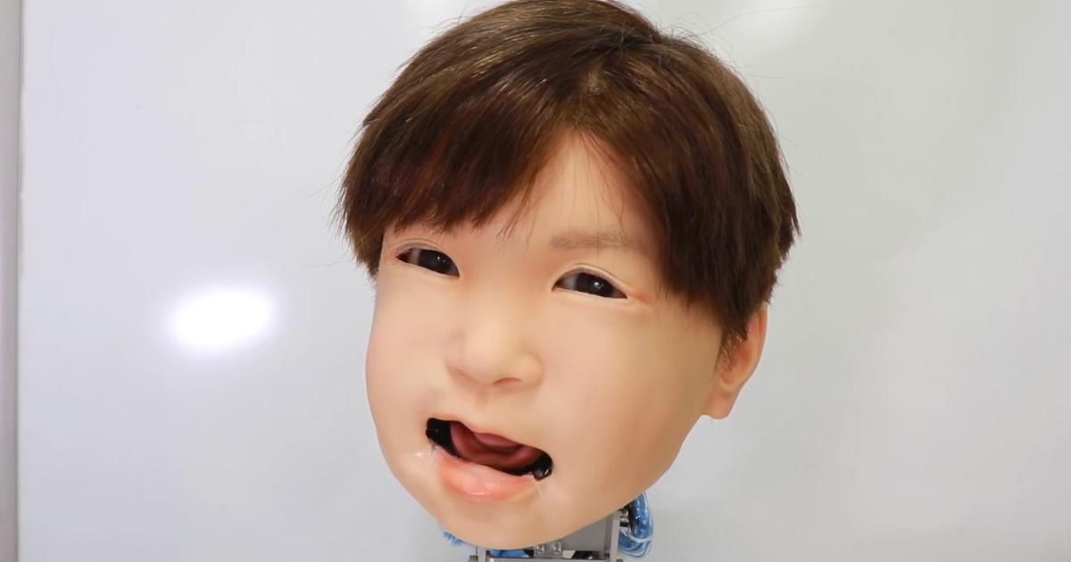 Gruseliger Roboter-Kinderkopf mimt menschliche Emotionen