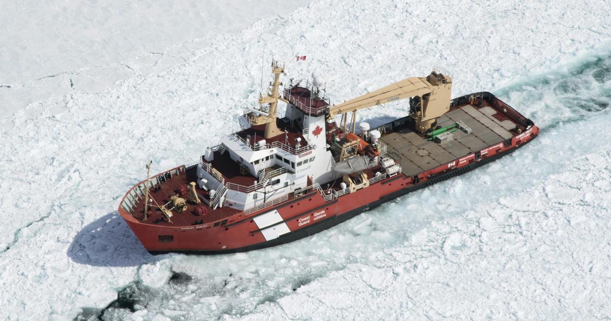 So durchbricht ein Schiff die arktische Eisdecke