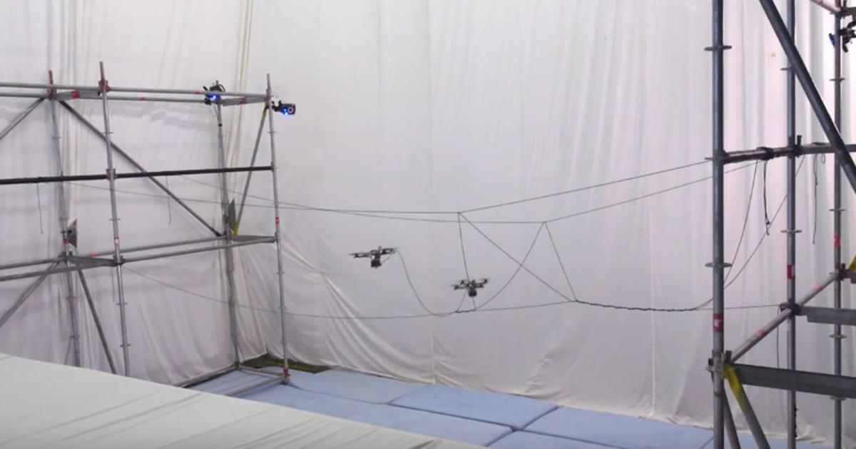 Drohnen bauen selbstständig eine Hängebrücke
