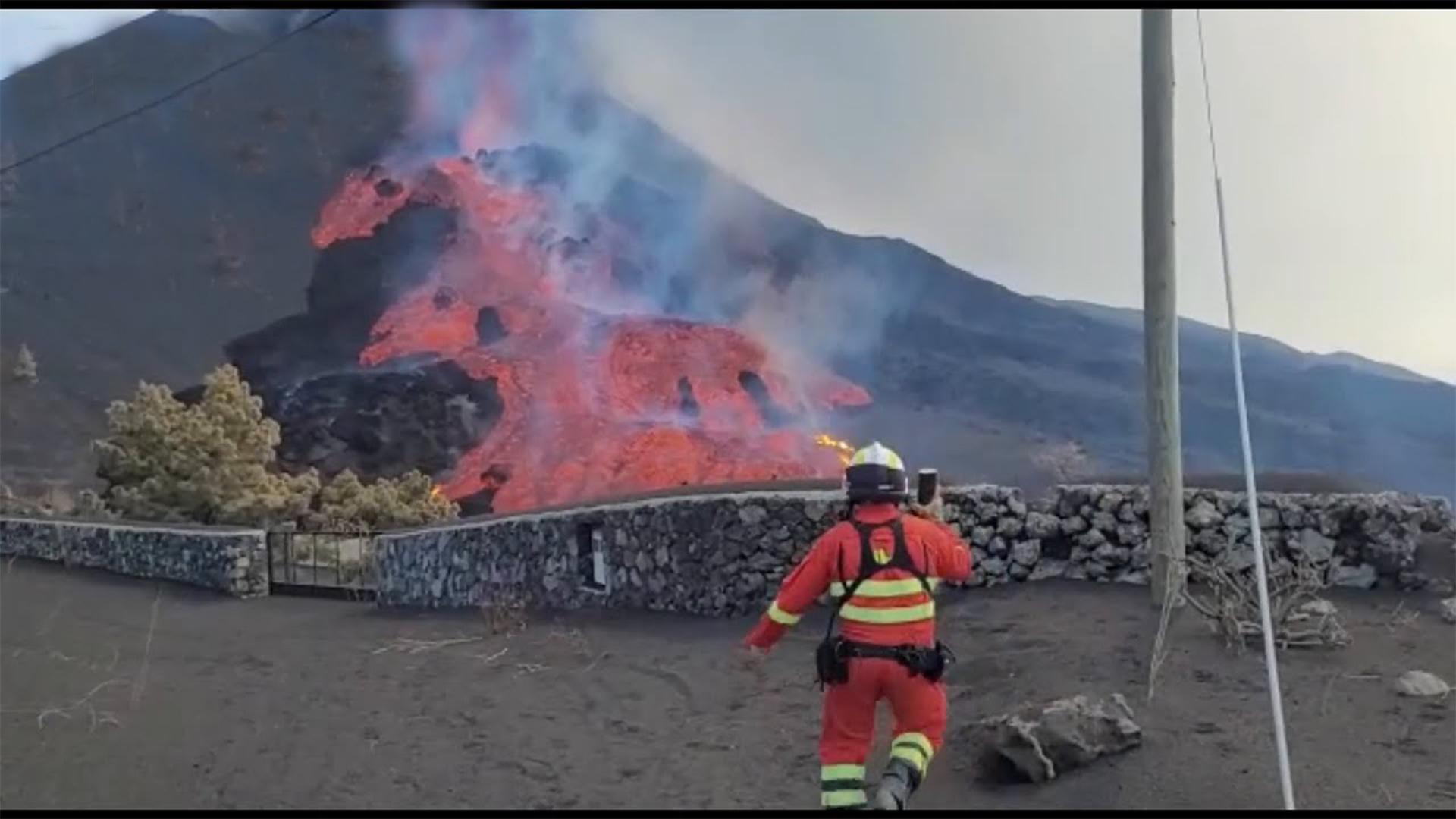 Vulkanausbruch: Videos zeigen neuen Lavastrom auf La Palma thumbnail